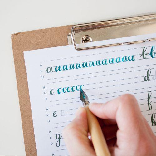 Moderne kalligrafie alfabet oefensheet