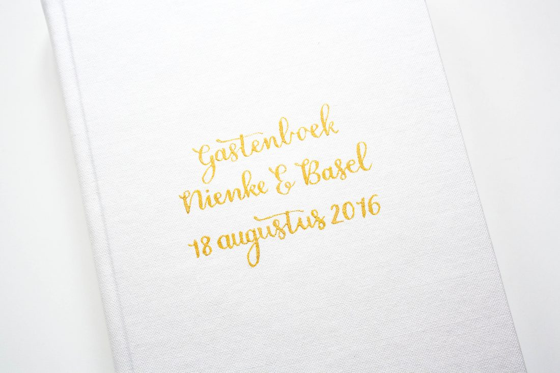 Gastenboek gekalligrafeerd met goud