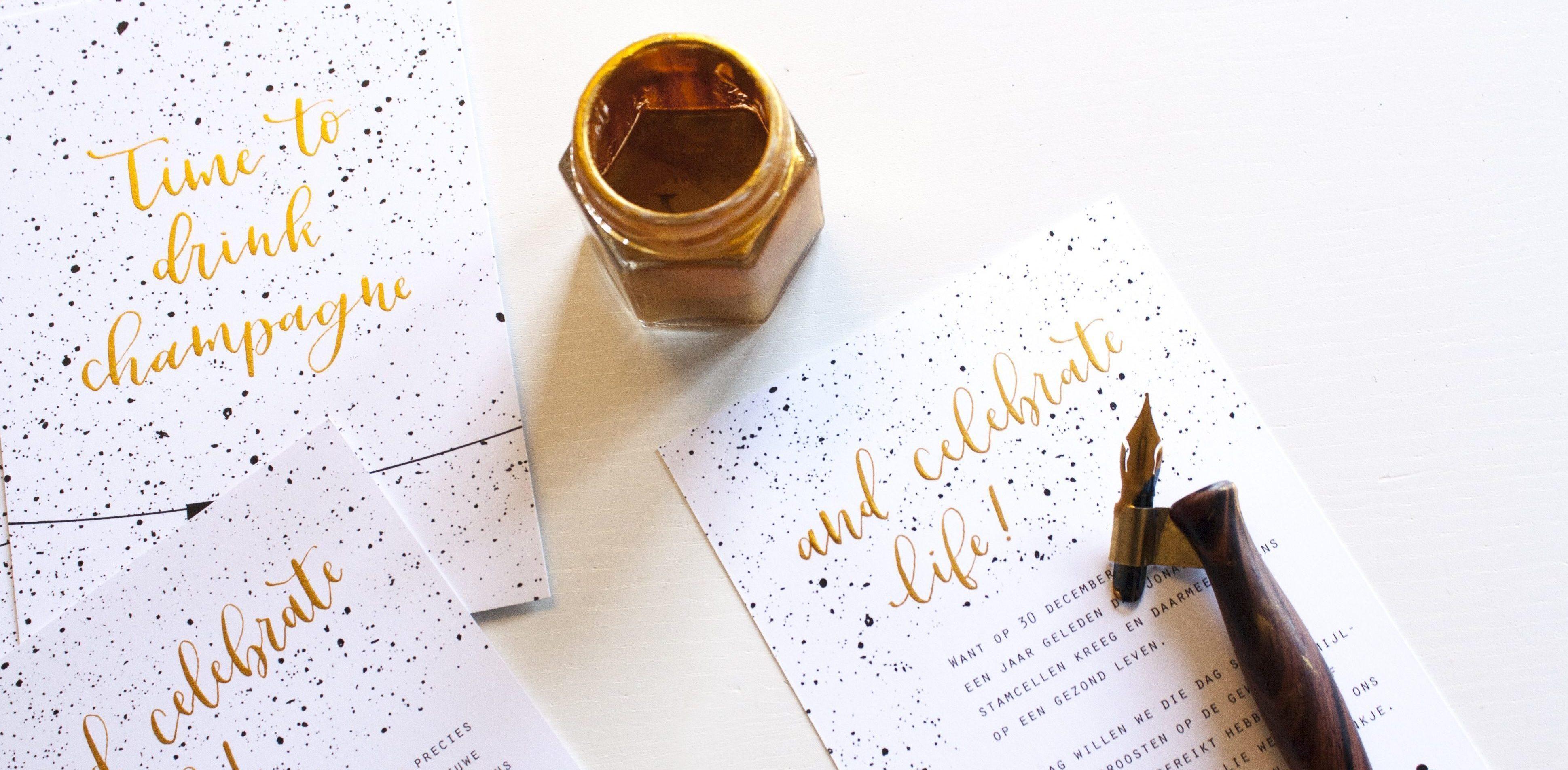 Uitnodiging kalligrafie goud