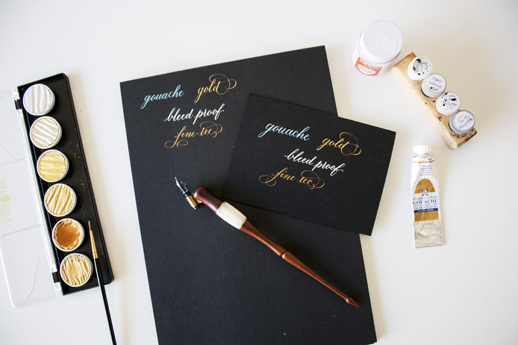 Kalligraferen op zwart papier