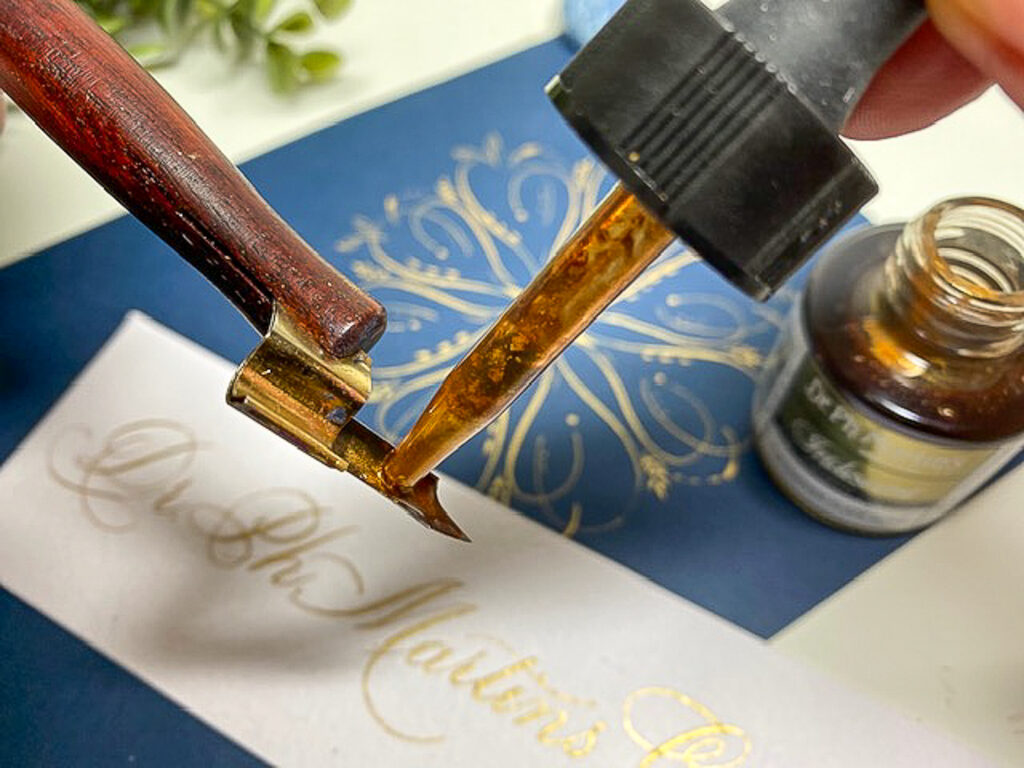 Dr. Ph. Martins Iridescent Copperplate Gold pipet druppelen op penpunt kalligrafie